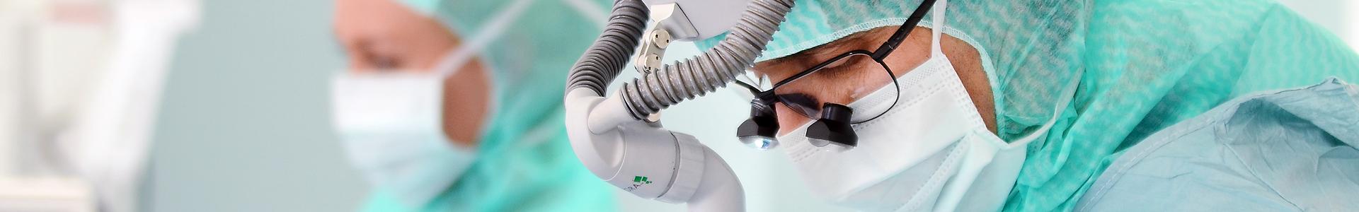 Närbild på en ryggkirurg under en operation.