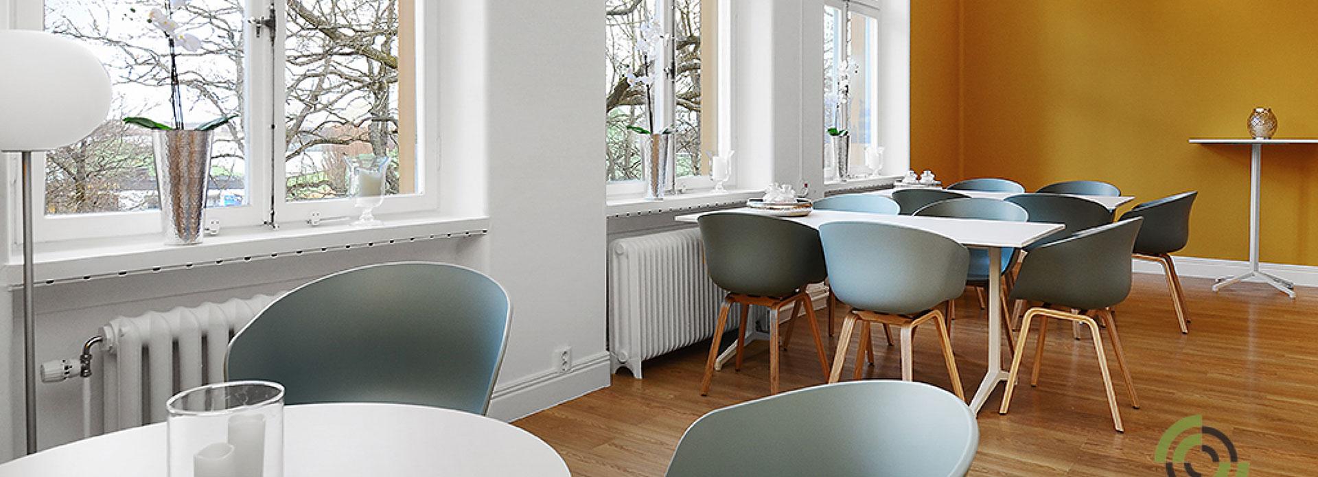 Rum med bord och stolar inne på Ryggkirurgiskt centrum i Stockholm.